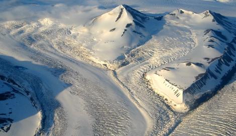 Lodowce Svalbardu. Popękany lodowiec Dobrowolski (Dobrowolskibreen) w czasie szarży systemu lodowca Nathorst (Nathorstbreen). Fot. J. Małecki