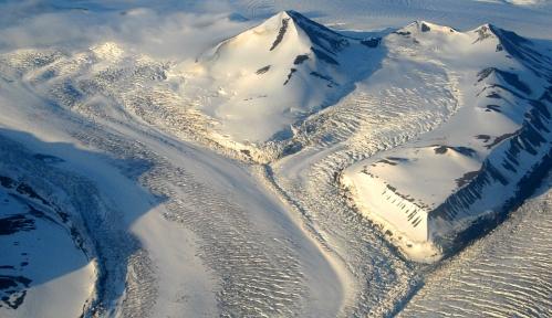 Popękany lodowiec Dobrowolski (Dobrowolskibreen) w czasie szarży systemu lodowca Nathorst (Nathorstbreen). Fot. Jakub Małecki