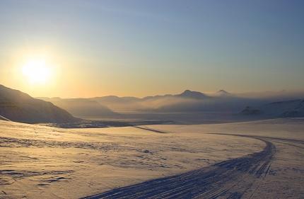 Zjazd z lodowca Nordenskiold (Nordenskioldbreen) do Billefjordu zimą. Fot. Jakub Małecki