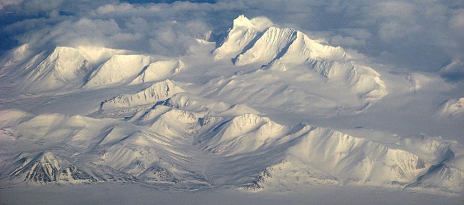 Hornsundtind (1410 m n.p.m., w górnej części zdjęcia) - najwyższy szczyt południowego Spitsbergenu - zimą. Fot. Jakub Małecki