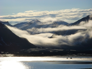 Mglista dolina lodowca Horbyebreen. Fot. J. Małecki