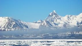 Szczyt Hornsundtind i lód morski u południowych wybrzeży Spitsbergenu. Fot. J. Małecki