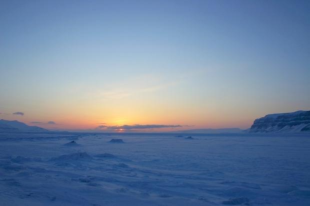 Zachód słońca nad zamarzniętym Tempelfiordem. Fot. J. Małecki