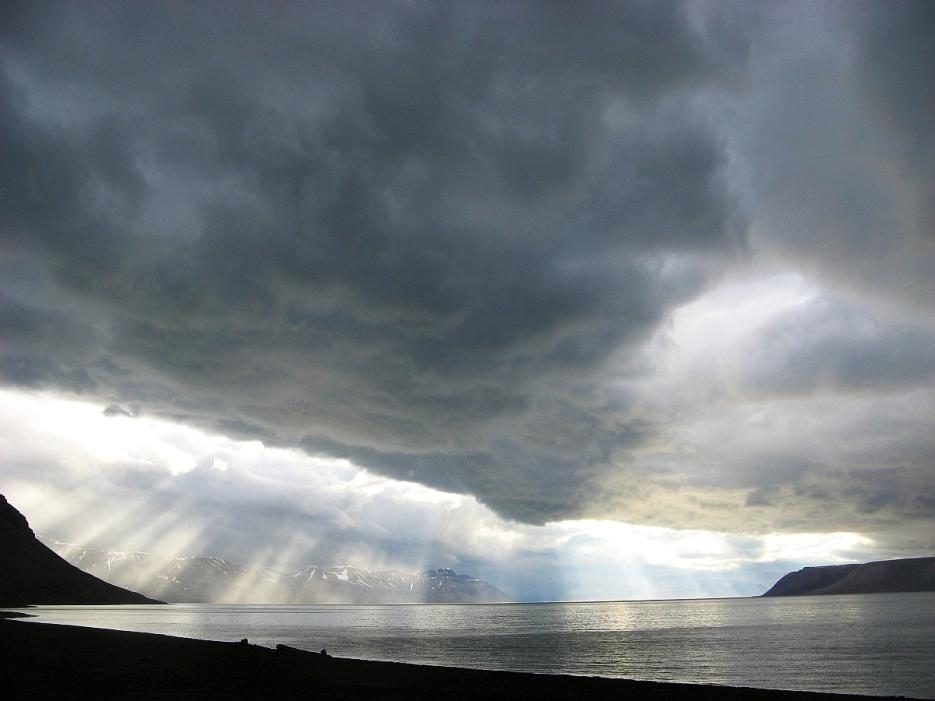 Ciężkie chmury nad Billefjorden. Fot. J. Małecki