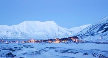 Miasteczko Longyearbyen nocą. Fot. J. Małecki