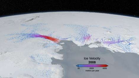 Szybko płynący lodowiec Pine Island (po lewej). Fot. NASA Goddard Space Flight Center
