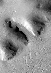 Forma lodowco-podobna (ang. glacier like form) na Marsie. Fot. NASA/JPL/ Malin Space Science Systems