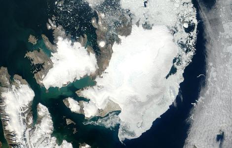 Austfonna - największa czapa lodowa Europy widziana z pokładu satelity MODIS. Fot. NASA