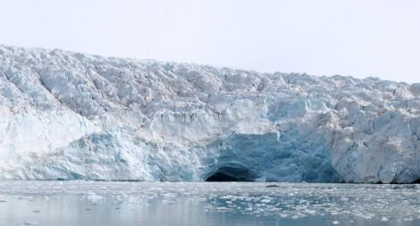 Cielące się czoło lodowca na Svalbardzie. Fot. J. Małecki