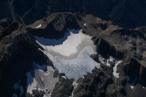Monitoring lodowców Nowej Zelandii z powietrza - doskonale widoczna linia śniegu pod koniec roku glacjologicznego. Fot. T. Chinn