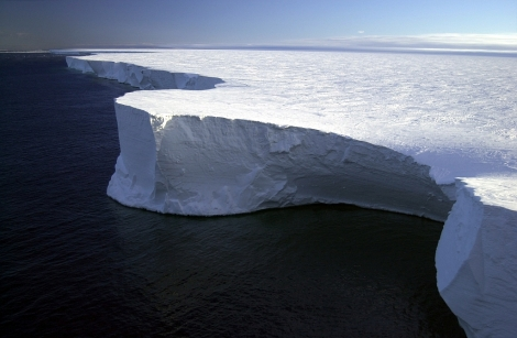 Największa zaobserwowana góra lodowa - B-15. Fot. National Science Foundation