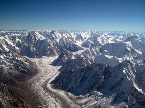 Karakorum. Na fotografii widać m.in. lodowiec Baltoro i ośmiotysięczniki Gasherbrum. Fot. G. Vellut/Wikimedia
