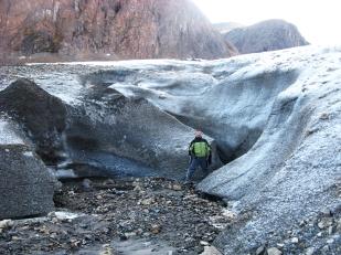 Siecią kanałów supraglacjalnych lodowiec pozbywa się wody roztopowej. Na zdjęciu widać ujście głębokiego kanału supraglacjalnego na czole lodowca Sven. Kanałem nie płynie woda, ponieważ zdjęcie zrobiono w okresie, gdy na lodowcu nie zachodziło topnienie. //Termination of supraglacial channel on Sven glacier (Svenbreen). Fot. Jakub Małecki, 2014//