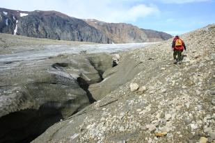 Gdyby przekroić w poprzek jęzor typowego lodowca dolinnego okazałoby się, że ma on kształt wypukły. Dlatego też, woda często kierowana jest do bocznych sektorów jęzora i płynie tuż przy bocznej morenie. Zdjęcie przedstawia kanał przy morenie bocznej lodowca Ebba. //Lateral channel of Ebba glacier (Ebbabreen). Fot. Jakub Małecki, 2007//