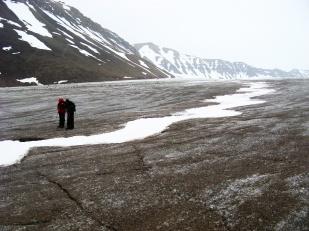 Jak woda może dostać się wgłąb lodowca? Jedną z możliwości jest wcinanie się kanałów supraglacjalnych coraz głębiej w lód, pod warunkiem, że tempo wcinania jest wyższe niż tempo topnienia. Strop kanału może następnie zostać zamknięty przez śnieg lub deformacje lodu (fotografia), tak jak na lodowcu Bertil. //Roof-closure of supraglacial channel on Bertil glacier (Bertilbreen). Fot. Jakub Małecki 2008//