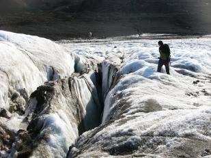 Jak woda może dostać się wgłąb lodowca? Na przykład poprzez szczeliny w lodzie, których głębokość może sięgać 15-30 m. Na fotografii - szczelina na lodowcu Ebba. //Crevasse on Ebba glacier (Ebbabreen). Fot. Jakub Małecki 2014//
