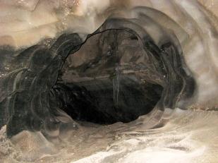 Woda wewnątrz lodowców tworzy systemy kanałów. Mogą one mieć bardzo różne rozmiary. Fotografia pokazuje wnętrze średniej wielkości kanału inglacjalnego w lodowcu Horbye o średnicy ok. 2 m. //Medium-sized englacial channel, ca. 2 m wide, within Horbye glacier (Horbyebreen). Fot. Jakub Małecki 2014//