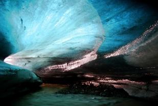 Subglacjalny system odwadniający może być bardzo zróżnicowany. W sytuacji, gdy kanałami pod lodowcem płynie bardzo dużo wody roztopowej, mogą one osiągnąć znaczne rozmiary, tak jak powyższy kanał w lodowcu Horbye (wys. 10 m, szer. 10 m). //Large subglacial channel beneath Horbye glacier (Horbyebreen), ca. 10 m wide and high. Fot. Jakub Małecki, 2014//