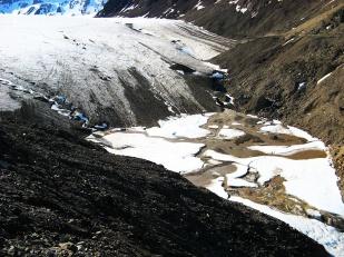 Wody subglacjalne pod wieloma lodowcami Svalbardu są aktywne przez cały rok. Woda, która wypływa z lodowców zimą szybko zamarza na otwartym powietrzu i tworzy przed czołami tzw. nalodzia. Na zdjęciu pole nalodziowe przed lodowcem Sven. //Proglacial icing of Sven glacier (Svenbreen). Fot. Jakub Małecki, 2009//
