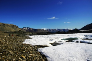 Wody subglacjalne pod wieloma lodowcami Svalbardu są aktywne przez cały rok. Woda, która wypływa z lodowców zimą szybko zamarza na otwartym powietrzu i tworzy przed czołami tzw. nalodzia. Na zdjęciu pole nalodziowe przed lodowcem Horbye. //Proglacial icing of Horbye glacier (Horbyebreen). Fot. Jakub Małecki, 2007//