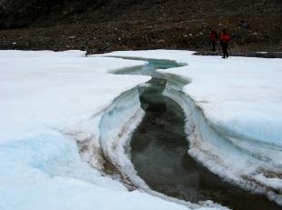 Wody subglacjalne pod wieloma lodowcami Svalbardu są aktywne przez cały rok. Woda, która wypływa z lodowców zimą szybko zamarza na otwartym powietrzu i tworzy przed czołami tzw. nalodzia. Na zdjęciu pole nalodziowe przed lodowcem Ebba. Grubość pokryw nalodziowych może wynosić kilka metrów //Proglacial icing of Ebba glacier (Ebbabreen). Fot. Jakub Małecki, 2009//