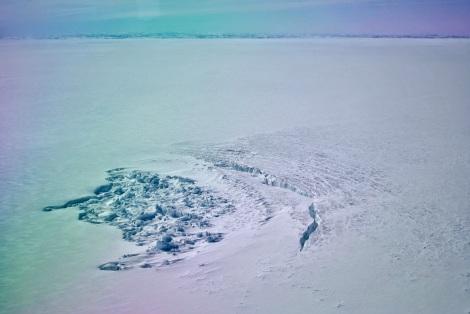"""""""Krater"""" na lądolodzie Grenlandii powstały po opróżnieniu jeziora subglacjalnego. Fot. Stephen Price, Los Alamos National Laboratory, courtesy of The Ohio State University."""