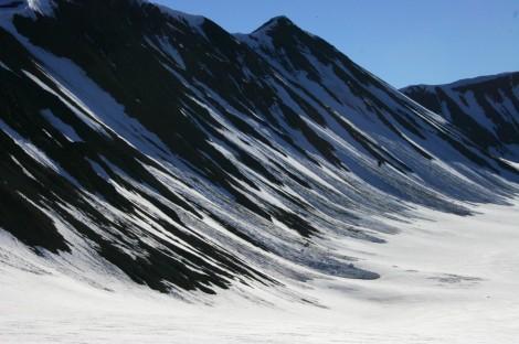 Lawiny schodzące ze stromych stoków okalających lodowce są ważnym procesem akumulacji. Fot. J. Małecki