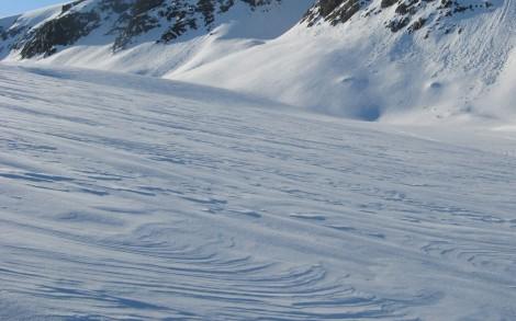 Pokrywa śnieżna na lodowcach pod koniec zimy nosi wyraźne ślady działalności wiatru. Fot. J. Małecki