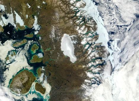 Satelitarne zdjęcie przedstawiające czapę lodową Barnes'a (Barnes ice cap), Ziemia Baffina, Kanada. Fot. NASA Worldview,
