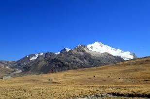 W drodze na lodowiec Charquini Sur. W tle Huayna Potosi (6088 m). Fot. J. Małecki