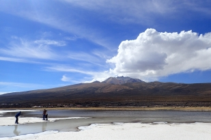 Największe solnisko świata - Salar de Uyuni. W tle wulkan Tulupa (5300 m). Fot. J. Małecki