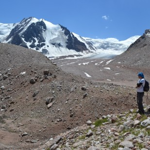 Prace terenowe na przedpolu lodowca Tuyuksu. / Fieldwork at the Tuyuksu glacier foreland. Fot. Harold Lovell.