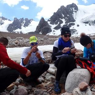 Pomiary głazów na przedpolu lodowca Tuyuksu. / Clast measurements at the Tuyuksu glacier foreland. Fot. JM