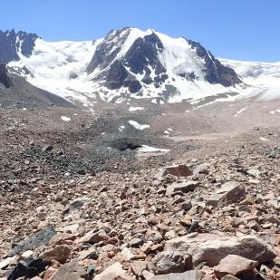 Ostrokrawędzisty materiał supraglacjalny pokrywający znaczną część przedpola lodowca Tuyuksu. / Angular supraglacial debris covering significant portion of the Tuyuksu glacier foreland. Fot. J<