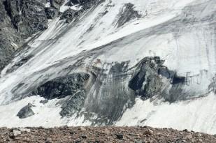 Niewielki lodowiec fartuchowy w dolinie lodowca Tuyuksu. / Small ice apron in the Tuyuksu valley. Fot. JM