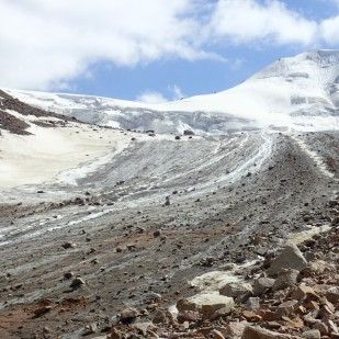 Czoło Lodowca Tuyuksu. / Tuyuksu Glacier margin. Fot. JM