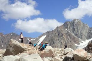 Prace terenowe na przedpolu lodowca Tuyuksu. / Fieldwork at the Tuyuksu glacier foreland. Fot. JM