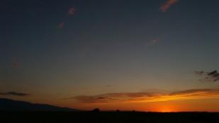 Zachód słońca nad kazachskim stepem w drodze powrotnej do domu. / Sunset over a kazakh steppe. Fot. JM