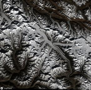 Lodowiec Siachen - najdłuższy w Karakorum (70 km) - widziany przez satelitę Sentinel-2. Fot. Software: https://snapplanet.io/; data: Sentinel-2; Copyright Copernicus Data; License: CC-BY NC, https://creativecommons.org/licenses/by-nc/4.0/
